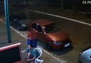 Đang ngồi uống bia trên vỉa hè, người đàn ông bất ngờ bị lốp ô tô văng trúng hất bay người