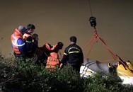 Taxi lao xuống sông, hành khách tử vong, tài xế mất tích
