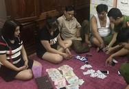 Ập vào căn nhà đóng kín cửa, phát hiện nhóm nữ quái đang đánh bài ăn tiền