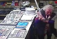 Kẻ cướp gặp bà già ngoài đời thực: Chưa kịp kiếm chác, tên cướp bị 'cụ già gân' U90 dùng gậy đánh chạy mất dép