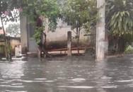 Tàu hỏa ra Bắc 'mắc kẹt' vì nước ngập đường sắt ở Sài Gòn