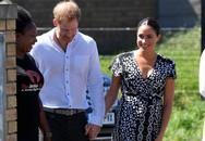 """Hoàng tử Harry trải chăn cho vợ ngồi, âu yếm vuốt tóc Meghan Markle cùng một loạt hành động """"ngôn tình"""" khác khiến chị em phát sốt"""