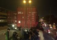 Xe SH dính chặt dưới gầm sau khi tông vào đuôi xe container dừng đậu, nam thanh niên tử vong