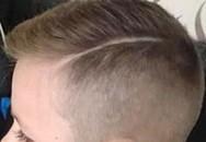 Cắt tóc mới, cậu bé 8 tuổi bị cấm ra sân chơi cùng các bạn