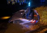 Bị cảnh sát bắt gặp đang 'mây mưa' trên ô tô, cặp đôi hoảng hốt phóng xe bỏ trốn rồi lao đầu luôn xuống mương