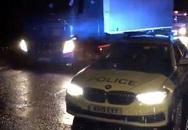 Phát hiện 15 người đàn ông trốn trong xe tải vượt biên vào Anh