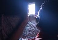 Đột quỵ mắt, mù mắt nếu liên tục dùng điện thoại trong bóng tối?