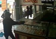 2 tên cướp nổ súng lấy đi 7-8 lượng vàng