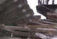 Kinh hoàng xe tải mất lái tông xuyên 2 nhà dân