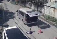 Sốc với hình ảnh xe ô tô chở học sinh tiểu học cua gấp khiến các bé rơi khỏi xe