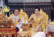 """Tiết lộ khoảnh khắc bất thường của Hoàng quý phi Thái Lan trước khi bị phế truất, chứng tỏ việc """"tranh sủng"""" với Hoàng hậu là có thật"""