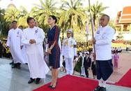 Hoàng hậu Thái Lan rạng rỡ đi dự sự kiện một mình và nhận bằng Tiến sĩ danh dự, vị thế ngày càng vững chắc