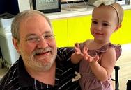 Bé gái 18 tháng đang được ông bế thì bất ngờ rơi khỏi cửa sổ tầng 11 tử vong và khoảnh khắc cuối đời của đứa trẻ gây tranh cãi