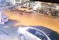Người phụ nữ bế em bé 7 tháng sang đường bất ngờ bị xe máy đâm trúng ngã văng xuống đất