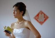 Nhận được hộp quà cưới, chú rể cứ xoắn xuýt nên cô dâu sinh nghi mở ra và giật mình