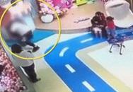 Bức xúc người đàn ông quăng đứa trẻ giành đồ chơi với con mình