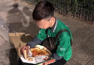 Hình ảnh chàng shipper vừa ăn pizza vừa khóc trong những ngày cuối năm khiến dân mạng xót xa