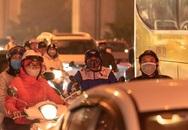 """Thời tiết mịt mù, người Hà Nội lách qua từng con phố để """"về nhà ăn Tết"""""""