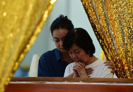 Vợ nghệ sĩ Nguyễn Chánh Tín khóc nức nở bên linh cữu chồng