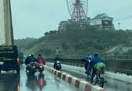 """Ô tô đi chậm """"dìu"""" xe máy qua cầu Bãi Cháy trong gió bão"""