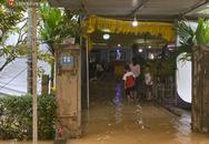 Nước lũ dâng lên tràn vào nhà khi gia đình đang chuẩn bị tang lễ cho Chủ tịch huyện hy sinh tại Rào Trăng