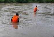 Hơn 100 người tìm nạn nhân bị nước cuốn