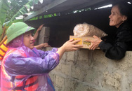 Phóng viên Báo Gia đình & Xã hội cùng lực lượng chức năng cứu trợ người dân tỉnh Quảng Trị