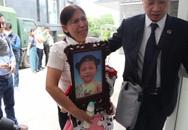 Xét xử vụ bé gái 3 tuổi bị mẹ đẻ và cha dượng bạo hành đến chết: Bà ôm di ảnh cháu, khóc nức nở tại tòa