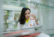 Nữ kỹ sư trẻ bỏ tiền túi mua hóa chất pha chế nước sát khuẩn tặng người dân phòng chống virus corona