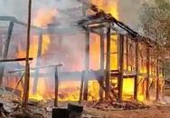 Ngôi nhà sàn bất ngờ bị cháy rụi, 2 học sinh cấp ba bỗng chốc không nơi ở