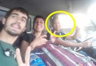 """Thấy 2 người khách ngoại quốc cần trợ giúp giữa đường, nam tài xế đã có hành động đẹp khiến dân mạng thả """"triệu like"""""""