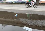 Hà Nội: Khẩu trang y tế vương vãi khắp đường phố, công nhân môi trường vất vả thu dọn