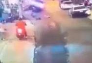 Xe 7 chỗ không người lái đột ngột lao nhanh xuống dốc đâm trúng nhiều xe rồi lật trong tình trạng vẫn nổ máy