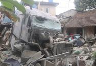 Xe container đâm sập nhà dân, tài xế mắc kẹt trong cabin
