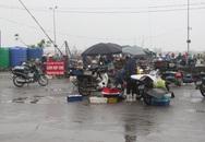 Thanh Hóa: Chợ mới bỏ không, dân vẫn tràn lên cầu cảng mua bán hải sản
