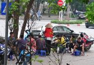 Nguy cơ COVID-19 đang cận kề nhưng nhiều người Hà Nội vẫn giữ thói quen túm năm tụm ba quán nước vỉa hè