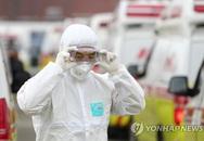 Khan hiếm trang bị bảo hộ cá nhân, nhân viên y tế toàn cầu đối mặt với nguy hiểm trong cuộc chiến với COVID-19
