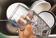 Cách nhanh nhất gỡ 2 chiếc cốc thủy tinh dính lồng vào nhau mà không bị vỡ