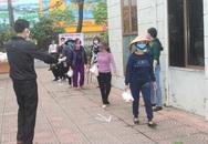 Hải Dương: Hàng trăm người dân đến trụ sở phường nhận quà miễn phí giữa dịch COVID-19