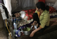 Chồng nằm liệt vì tai nạn, vợ phẫu thuật cắt u tử cung