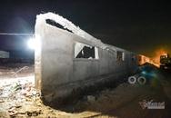 Soi đèn pin bới đống đổ nát khám nghiệm vụ sập tường 10 người chết