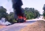 Nghệ An: Đang lưu thông bỗng xe con bốc cháy khiến tài xế bỏng nặng