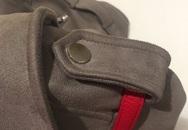 Chắc hẳn nhiều người không biết chiếc đai cài khuy trên vai áo có tác dụng gì?