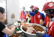 Hà Nội nắng nóng nhất từ đầu hè, shipper xếp hàng dài mua đồ ăn cho khách