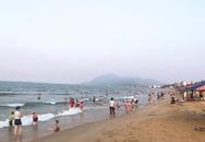 Nắng nóng gay gắt, người dân Hà Tĩnh đổ xô ra biển giải nhiệt
