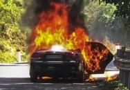 Ôtô bốc cháy, hai cha con thoát chết