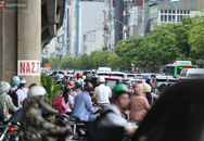 Dòng người thản nhiên nối đuôi nhau đi ngược chiều hàng cây số ở Hà Nội