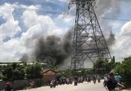 Hàng trăm người dân bất chấp nguy hiểm, đứng xem cháy công ty gỗ dưới đường điện cao thế