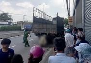 TP.HCM: Nam thanh niên và xe máy dính chặt vào đuôi xe tải sau cú tông cực mạnh