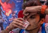 Người Ấn Độ lùng mua 'thuốc tiên', tập yoga vì sợ nhiễm Covid